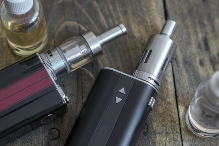 Advanced personal vaporizer or e-cigarette, from above (Foto: )