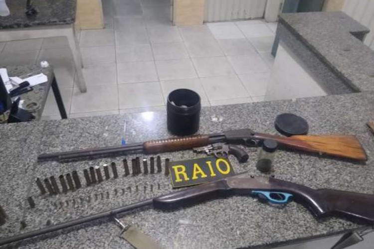 Armas e munições apreendidas em Tauá, neste sábado, 29 de maio. (Foto: Foto: SSPDS)