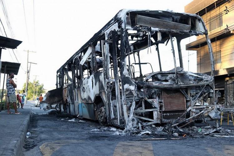 Destroços dos ônibus continuaram nos bairros até o final da tarde  (Foto: Nara Gentil/CORREIO)