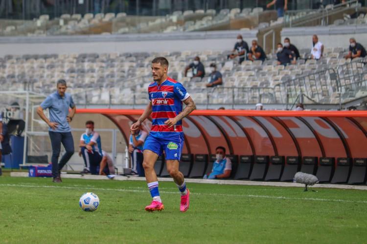 Meia Lucas Crispim com a bola no jogo Atlético-MG x Fortaleza, no Mineirão, pela Série A (Foto: Leonardo Moreira / Fortaleza EC)