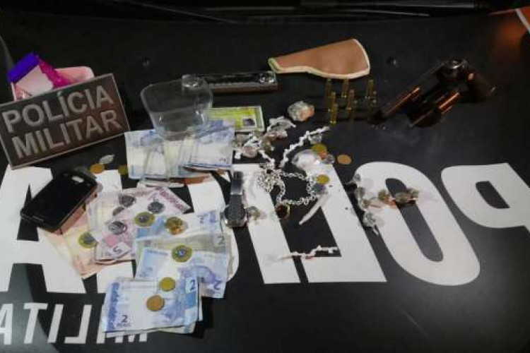 Drogas e arma de fogo foram apreendidas na Parquelândia, em Fortaleza (Foto: Foto: Polícia Militar)