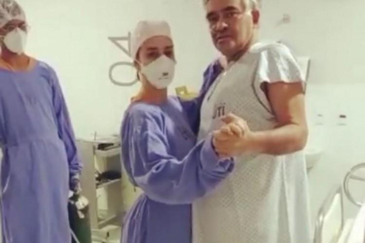 Médica e paciente dançando forró juntos. (Foto: Reprodução/ Instagram)
