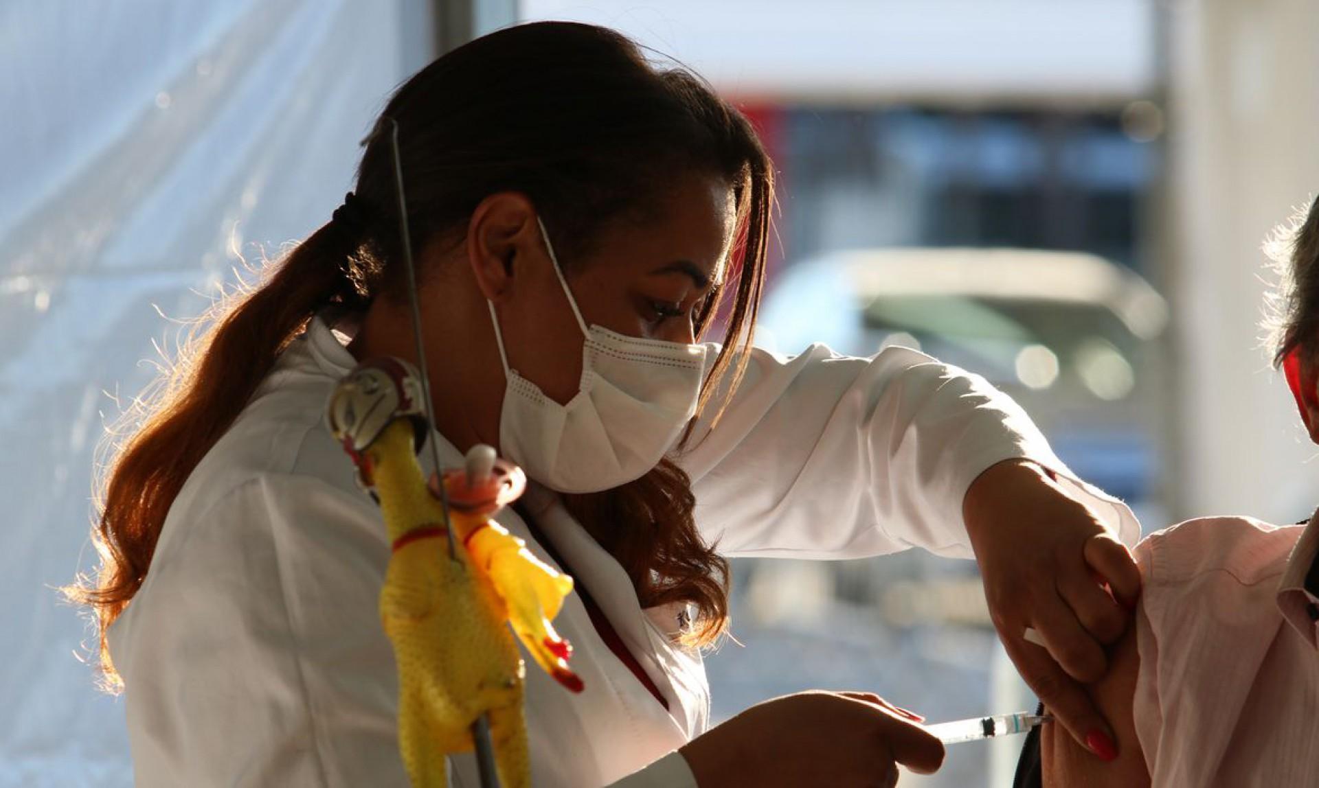 (Foto: Rovena Rosa/Agência Brasil)São Paulo - Vacinação contra covid-19 de pessoas com comorbidade no posto drive-thru montado no Memorial da América Latina.