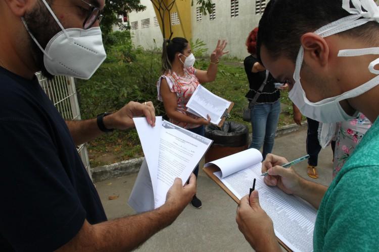Membros da Apeoc visitam local de vacinação para professores para orientá-los sobre a  assinatura de documento  (Foto: FABIO LIMA)