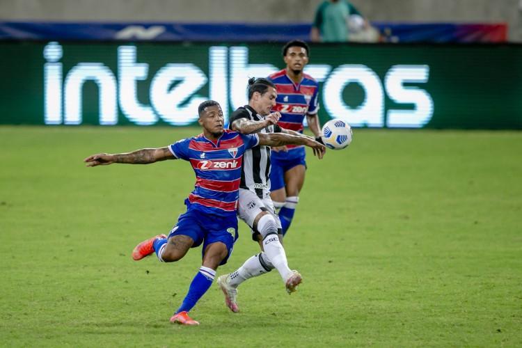 Vina e David, dois dos principais jogadores de Ceará e Fortaleza, disputam bola na partida de ida na Copa do Brasil (Foto: Aurelio Alves)