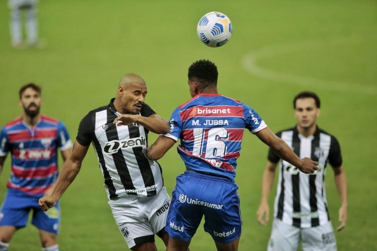 Lateral-direito Gabriel Dias e volante Matheus Jussa disputam bola no jogo Fortaleza x Ceará, na Arena Castelão, pela Copa do Brasil (Foto: Aurélio Alves/O POVO)