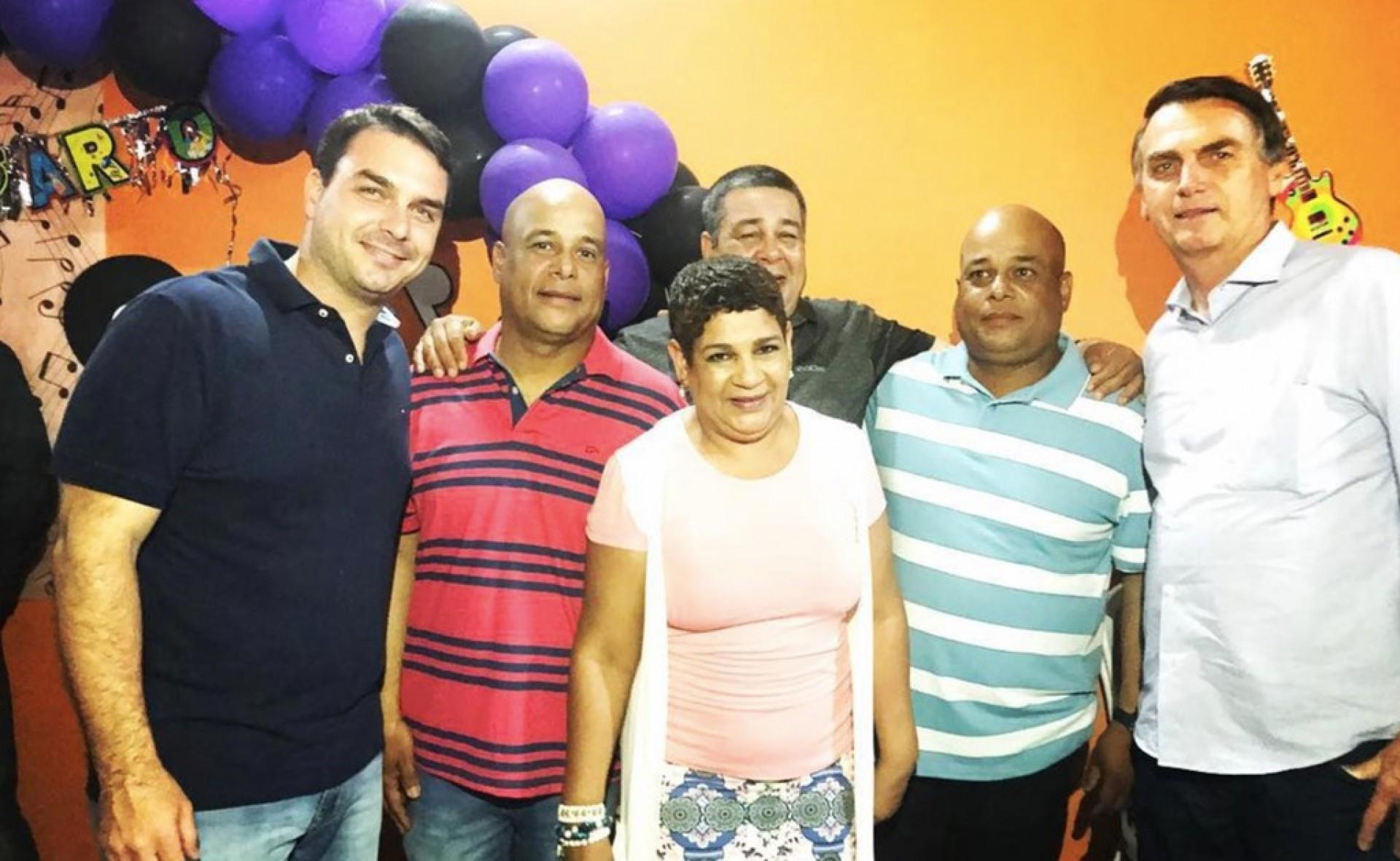 Flávio Bolsonaro e o pai Jair ao lado de PMs presos em operação do Ministério Público