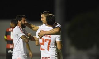 Thiago Galhardo comemora gol no jogo Vitória x Internacional, no estádio Barradão, pela Copa do Brasil