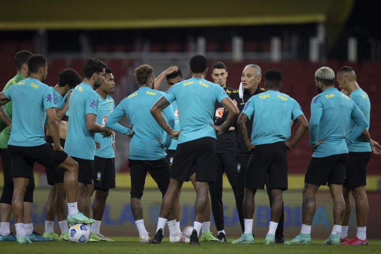 Técnico Tite conversa com jogadores da seleção brasileira em treino no estádio Beira-Rio, em Porto Alegre (Foto: Lucas Figueiredo/CBF)