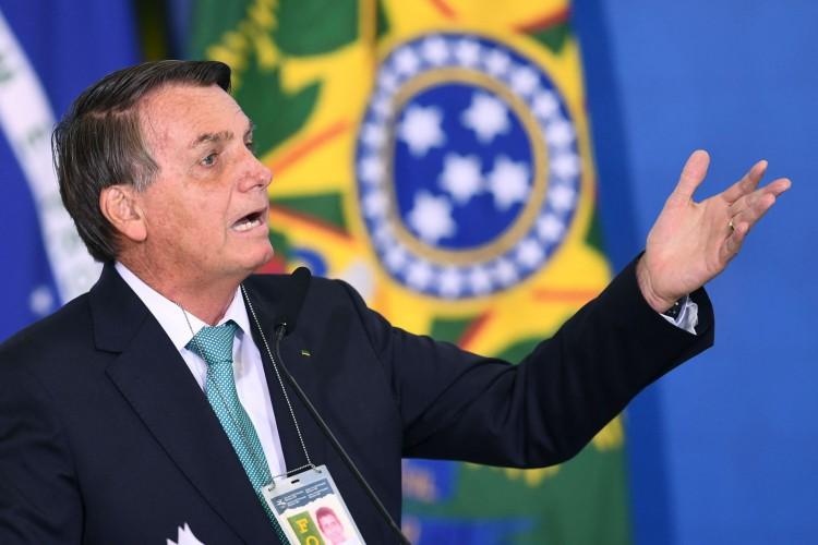 Bolsonaro afirmou que números de mortos por covid-19 no Brasil, segundo o TCU, estariam 50% acima do dado real. Órgão deve desmenti-lo. (Foto: AFP)