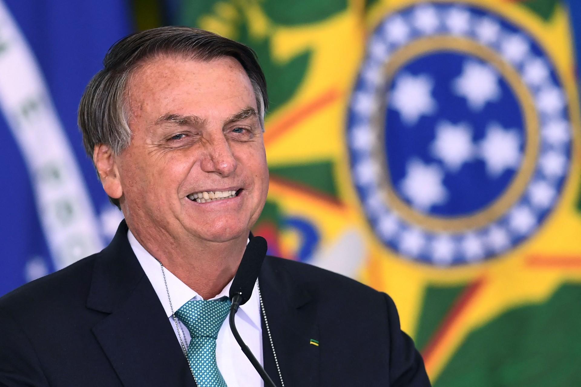 Bolsonaro estuda acabar com abono salarial Pis/Pasep para viabilizar pagamento do Bolsa Família de R$ 300, retirando verbas de um benefício social para outro