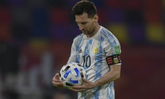 Messi marcou de pênalti para a Argentina, mas Sanchez igualou o placar para o Chile