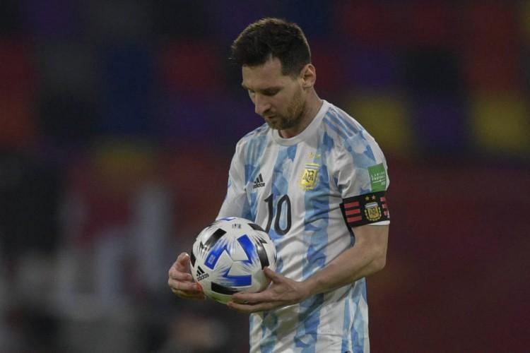 Messi marcou de pênalti para a Argentina, mas Sánchez igualou o placar para o Chile  (Foto: Jan Mabromata / AFP)