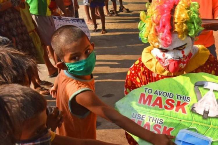 Ashok Kurmi usa uma fantasia de palhaço para conscientizar crianças (Foto: Reprodução/ Instagram @kurmiashok)