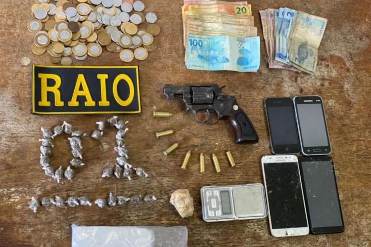 Mãe e filha foram autuadas por tráfico de drogas, enquanto o rapaz, além desse crime, responderá por posse ilegal de arma de fogo (Foto: DIVULGAÇÃO/SSPDS)