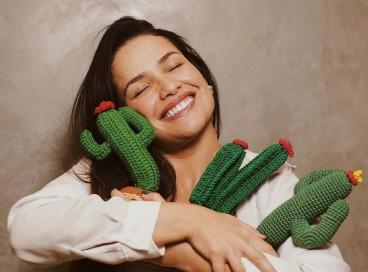 A paraibana vencedora do BBB 21, Juliette Freire, abraçando cactos de pelúcia. O cacto é uma referência adotada por seu fã-clube.