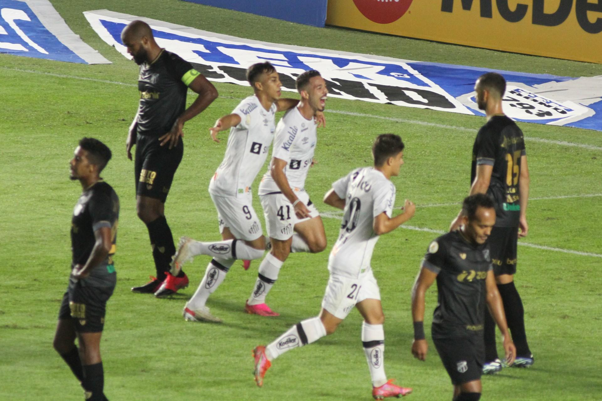 Jean Mota, jogador do Santos, comemora seu gol com jogadores do seu time durante partida contra o Ceará na Vila Belmiro.  (Foto: Fernanda Luz/AE)