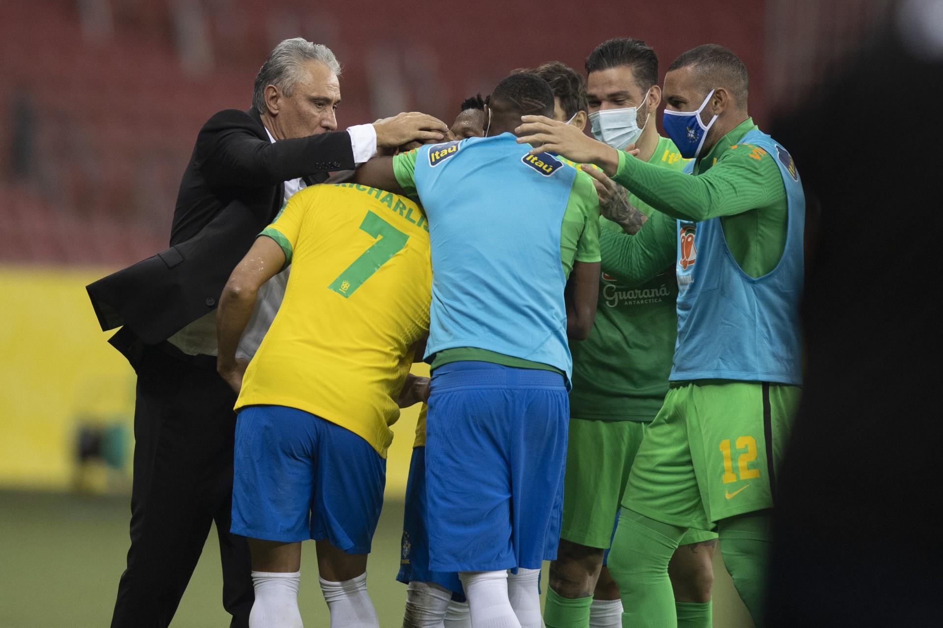 Richarlison comemora com Tite o primeiro gol do jogo contra o Equador