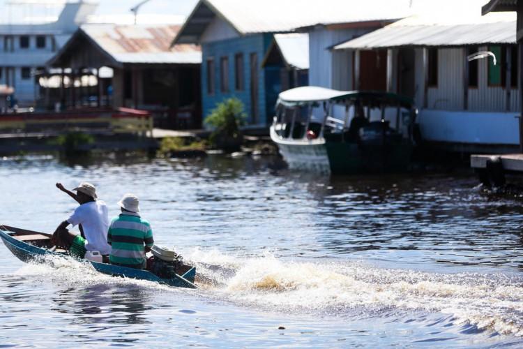 Comunidade de ribeirinhos em Manaus (Foto: Marcelo Camargo/Agência Brasil)