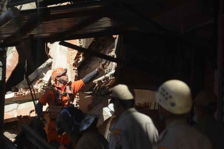 Bombeiros retiram corpo de prédio de quatro andares desabou em Rio das Pedras, zona oeste do Rio de Janeiro. (Foto: Tomaz Silva/Agência Brasil)