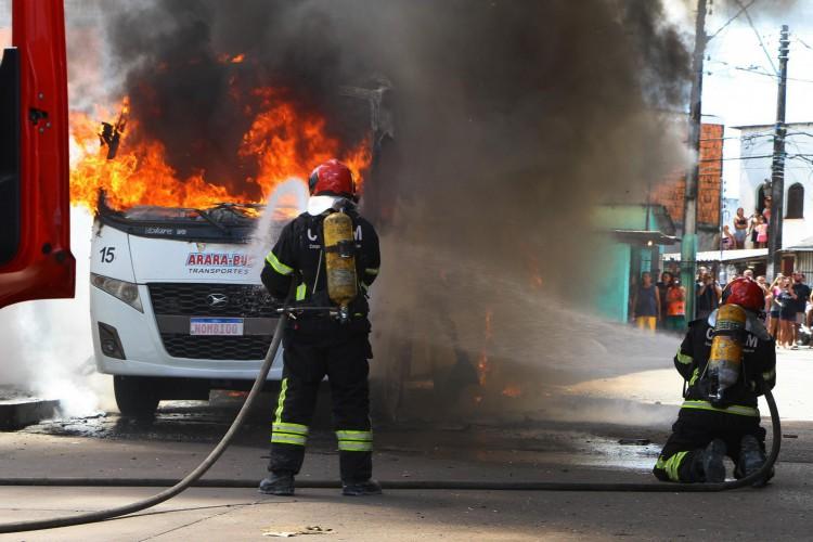 Bombeiros trabalham para apagar incêndio em ônibus que foi atacado por facção, após a Polícia Militar do Amazonas ter matado um traficante, neste domingo (6), em Manaus (AM). Segundo a Secretária de Segurança Pública do Amazonas (SSP-AM), 15 ônibus e duas viaturas de polícia, foram queimados até o momento, a ordem para os ataques partiram de dentro de um presídio, outras cidades do interior também estão sob ataque. 06/06/2021 - Foto: EDMAR BARROS/FUTURA PRESS/FUTURA PRESS/ESTADÃO CONTEÚDO (Foto:  EDMAR BARROS/AE)