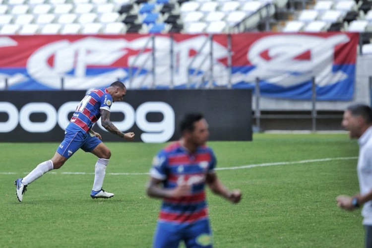 Zagueiro Titi, à esquerda, vibra após a confirmação de seu primeiro gol com a camisa tricolor, marcado diante do Internacional (Foto: AURÉLIO ALVES)
