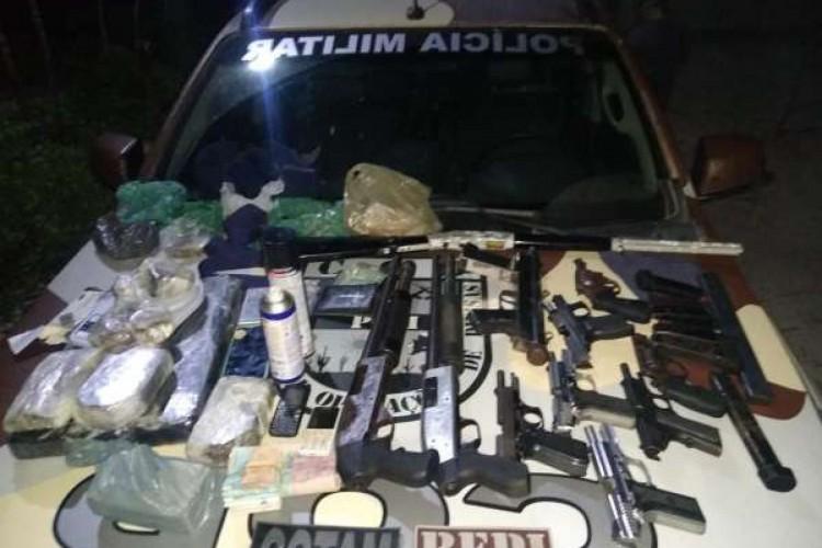 Foram apreendidos dinheiro, armas, drogas e munições (Foto: Foto: Polícia Militar do Ceará)