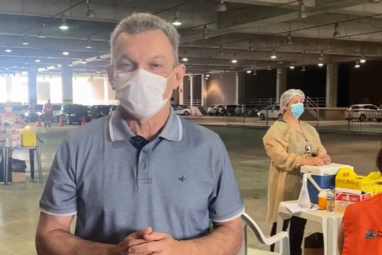 Prefeito compareceu durante vacinação no Centro de Eventos (Foto: Reprodução)