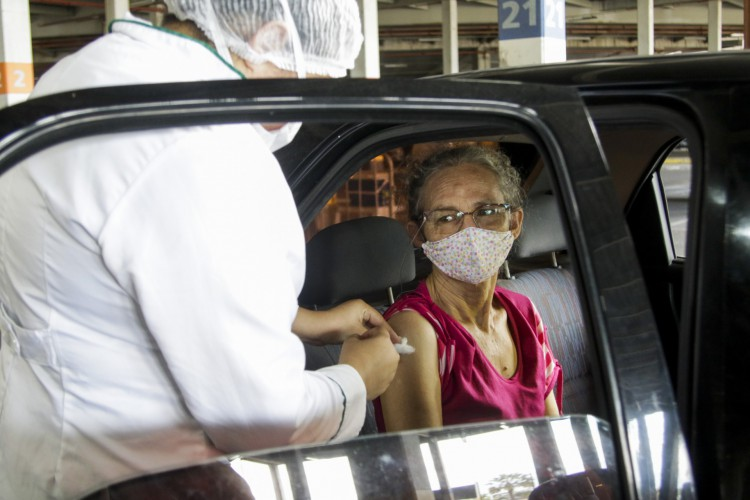 Atualmente, pessoas foram do grupo de prioridades já estão sendo vacinadas na Capital  (Foto: Thais Mesquita)