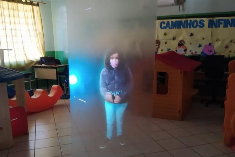 Professor utilizou uma tela transparente e opaca  (Foto: Arquivo Pessoal/Reprodução )