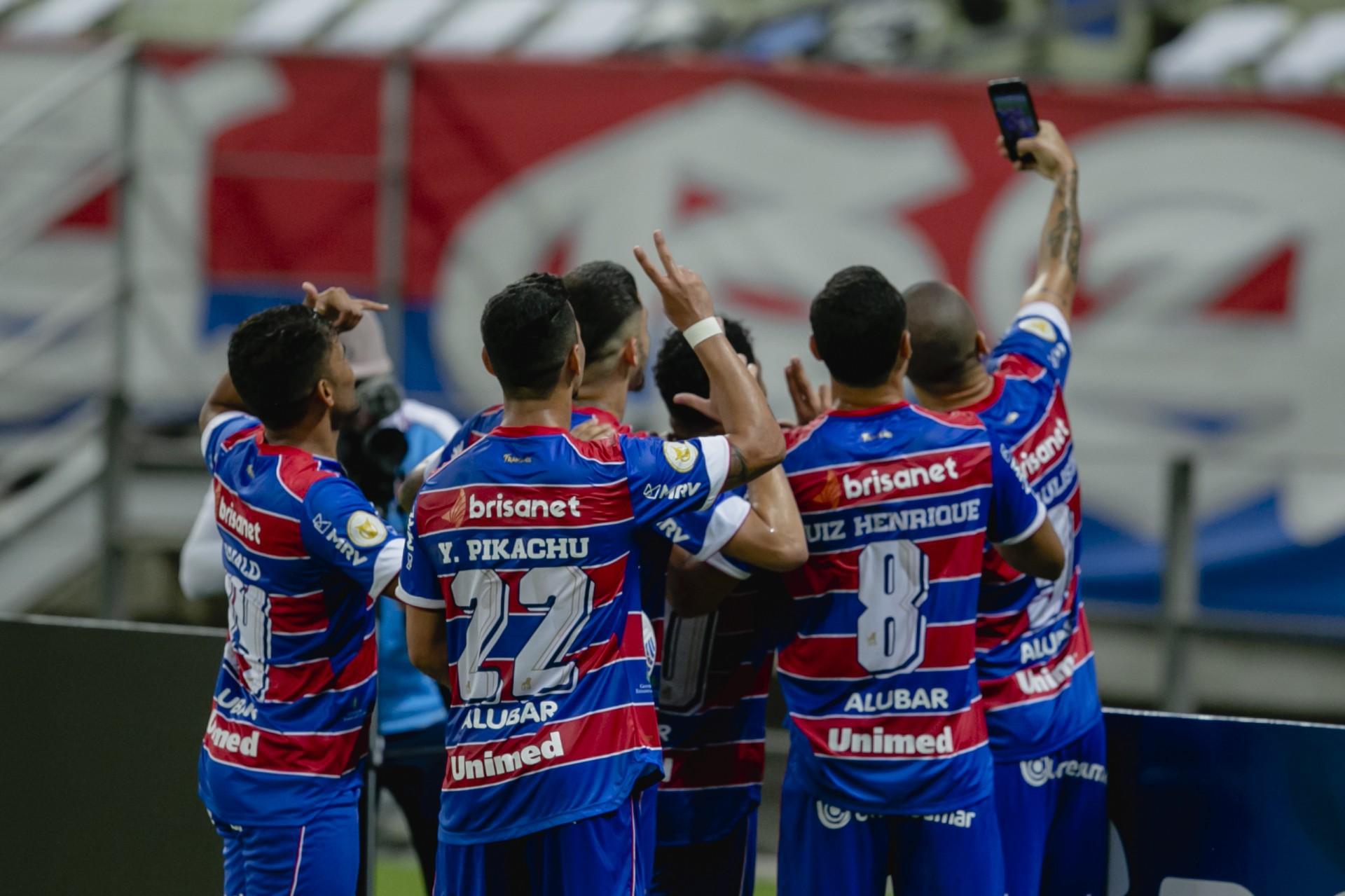 Wellington Paulista tira a tradicional selfie após marcar o gol dele, o quinto do Fortaleza