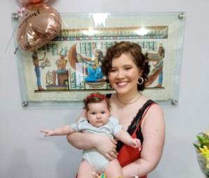 Carolina com a filha de 6 meses; A jovem também está inclusa no grupo de lactantes, contemplado na terceira fase da campanha.