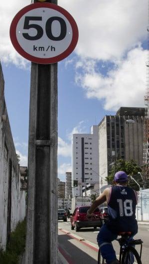 Com a mudança de velocidade em algumas vias de Fortaleza, a velocidade maxima passou a ser de 50km em alguns trechos. Na imagem, a av. Antônio Sales (Foto: Thais Mesquita)