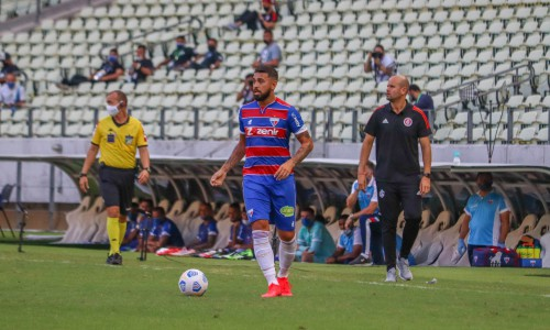 Volante Felipe com a bola no jogo Fortaleza x Internacional, na Arena Castelão, pela Série A