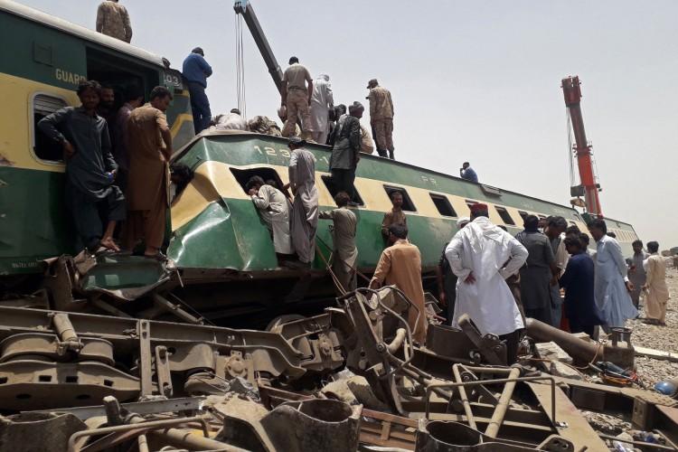 Acidente de trem na área de Daharki, na província de Sindh, no norte do Paquistão, em 7 de junho de 2021 (Foto: Shahid ALI / AFP)