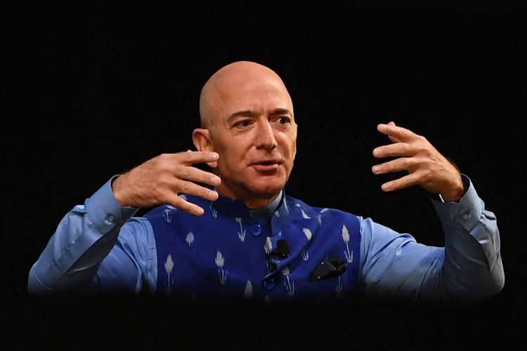 Nesta foto de arquivo, o CEO da Amazon Jeff Bezos (R) gesticula enquanto se dirige ao evento Smbhav anual da Amazon em Nova Delhi em 15 de janeiro de 2020 (Foto: Sajjad HUSSAIN / AFP)