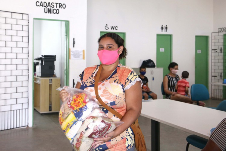 A entrega será realizada em 53 pontos de entrega, sendo 27 CRAS e 26 escolas municipais, e segue até sábado (12/06). (Foto: Thiago Gaspar/ Reprodução Prefeitura de Fortaleza)