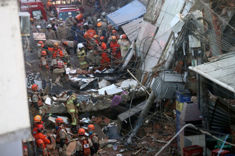 Prefeitura do Rio demole terraço de prédio afetado por desabamento (Foto: )