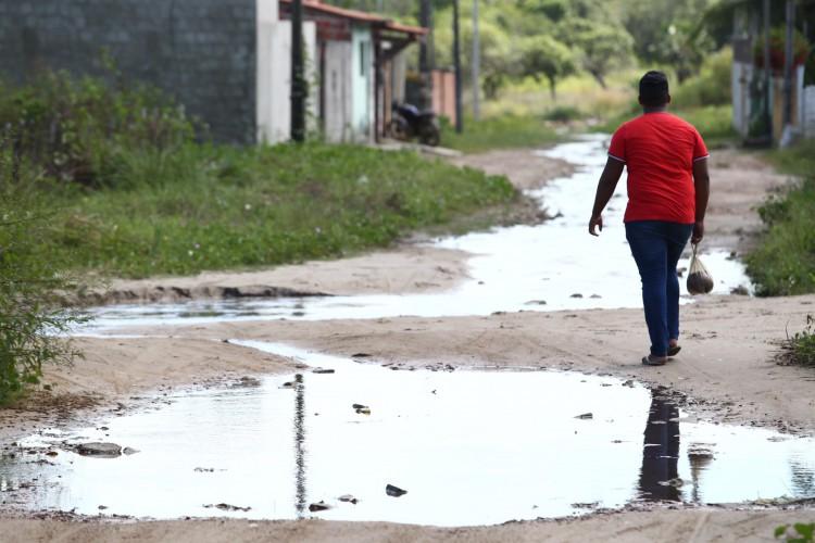Moradores de Horizonte reclamam de rua alagada. Rua Joaquim Lemos, Lagoinha (Foto: FABIO LIMA)