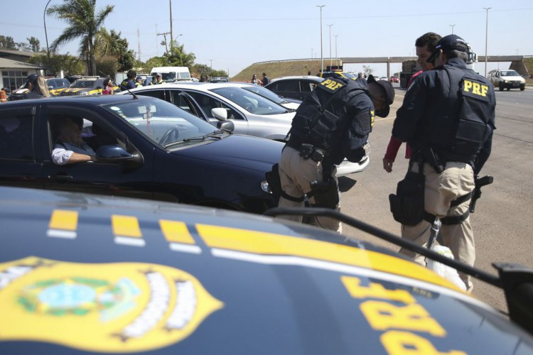 Blitz educativa no posto da Polícia Rodoviária Federal (PRF), localizado na BR 040. (Foto: José Cruz/Agência Brasil)