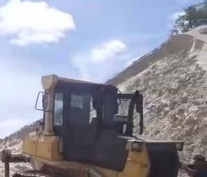 O trator realizava serviço no local sem licença ambiental.
