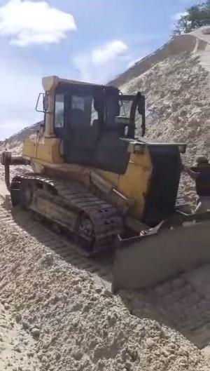 O trator realizava serviço no local sem licença ambiental. (Foto: Via WhatsApp O POVO)