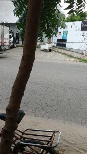 Corpo foi encontrado dentro de um carro de mão na Maraponga (Foto: O POVO/Via Whatsapp)