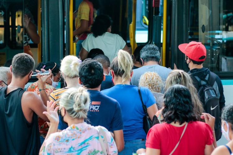 Lotação em terminal de ônibus: aglomeração na pandemia(Foto: BARBARA MOIRA)