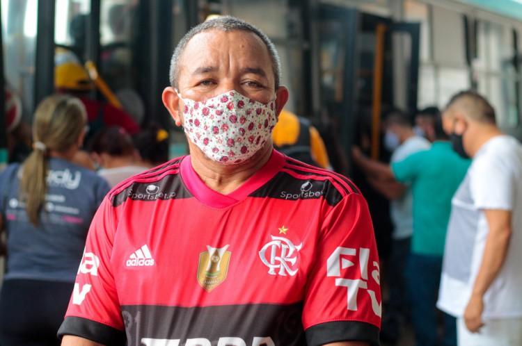 """O metalúrgico Usiel Ferreira de Souza diz que """"muita gente saiu mais cedo de casa com medo de não encontrar os ônibus"""""""