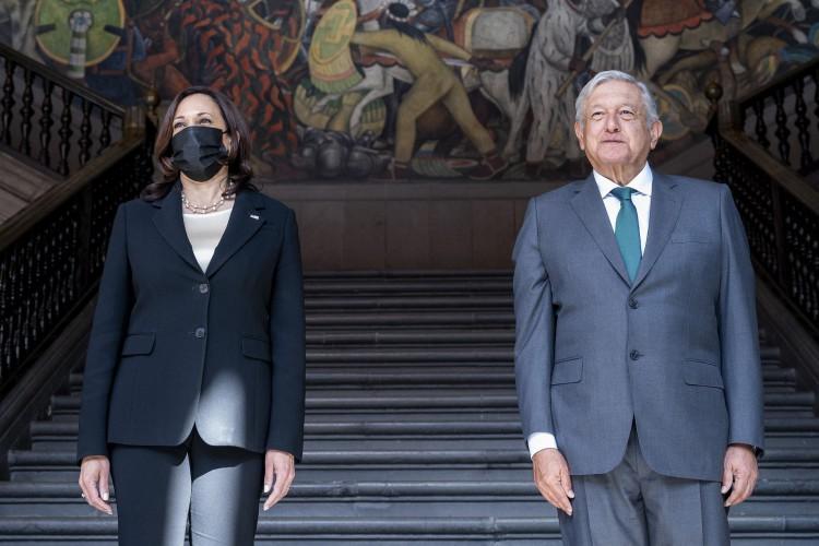 A vice-presidente Kamala Harris e o presidente mexicano Andres Manuel Lopez Obrador chegam ao Palácio Nacional  (Foto: JIM WATSON / AFP)