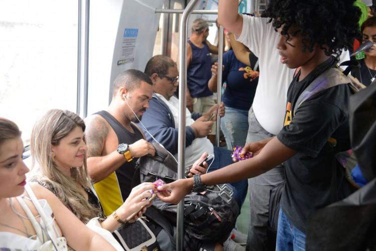 Rio de Janeiro - Ação em trem em estação rumo à Central do Brasil distribui camisinhas e informações sobre cuidados com a saúde no carnaval (Tomaz Silva/Agência Brasil) (Foto: Tomaz Silva/Agência Brasil)
