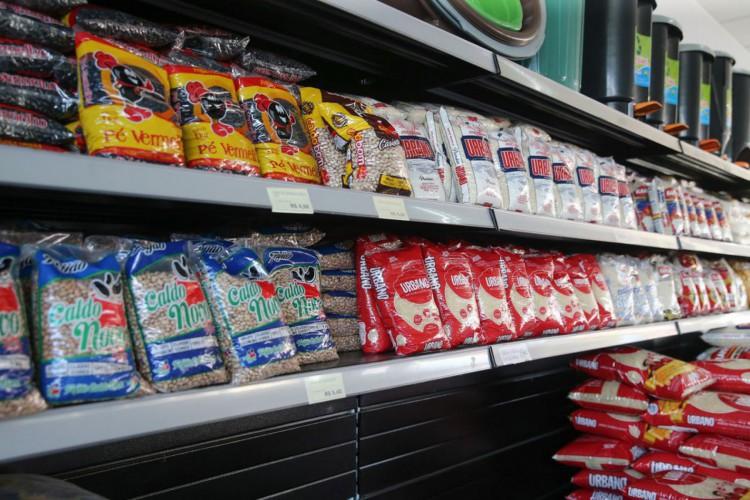 Sacos de arroz à venda em mercado. Foto: Geraldo Bubniak/AEN (Foto: Geraldo Bubniak)