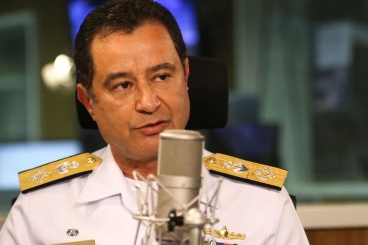 O comandante da Marinha, almirante Almir Garnier Santos, participa do programa A Voz do Brasil (Foto: Marcello Casal JrAgência Brasil)