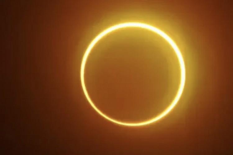 """Eclipse solar anular é caracterizado por formação de um """"anel de fogo"""" no céu (Foto: FERDINANDH CABRERA/AFP)"""